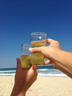 amizade-cerveja-praia-vem-ca-vamo-conversar